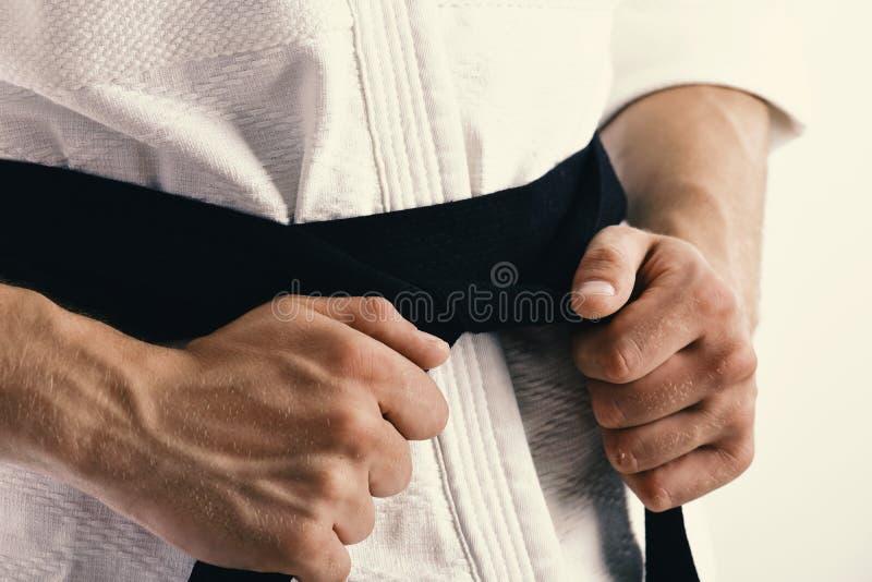 Il combattente di karatè con le forti mani di misura si prepara per combattere fotografia stock libera da diritti