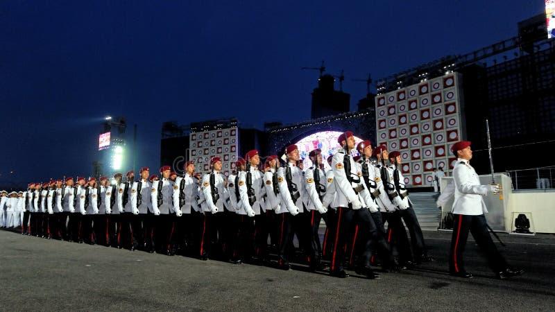 Il commando custodire-de-honor la marcia contingente oltre immagine stock