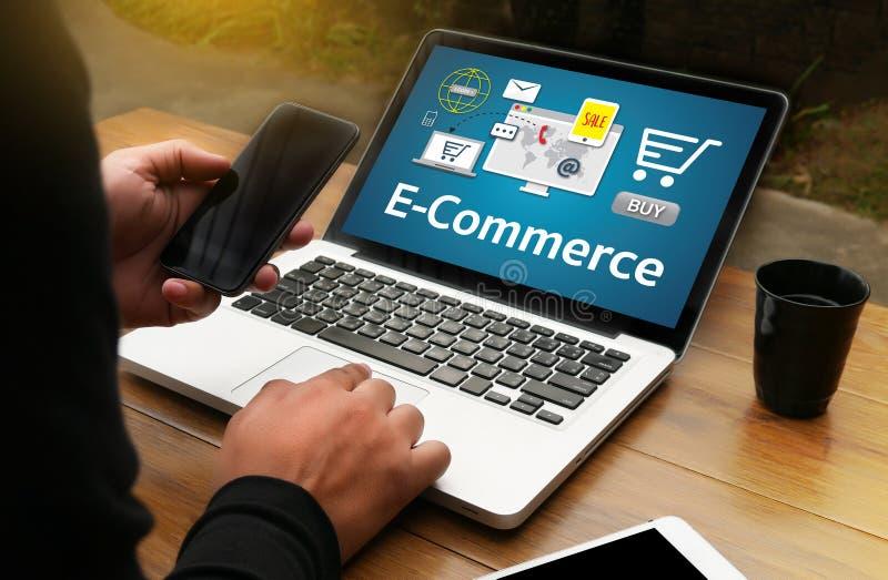 Il commercio elettronico aggiunge al paym online di ordine del carretto del deposito del negozio online dell'affare fotografia stock libera da diritti