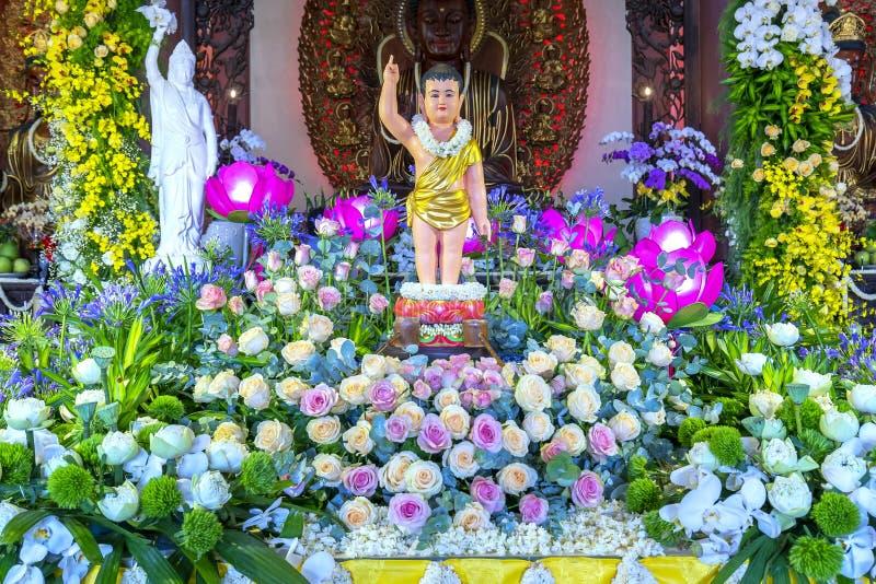 Il compleanno del ` s di Buddha della statua in tempio è luci ecorated, fiori variopinti fotografia stock libera da diritti