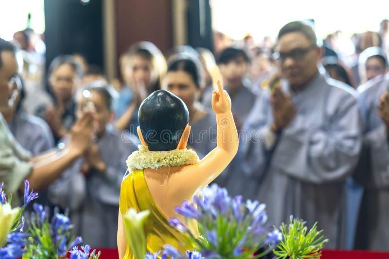 Il compleanno del ` s di Buddha della statua in tempio è luci ecorated, fiori variopinti immagini stock libere da diritti
