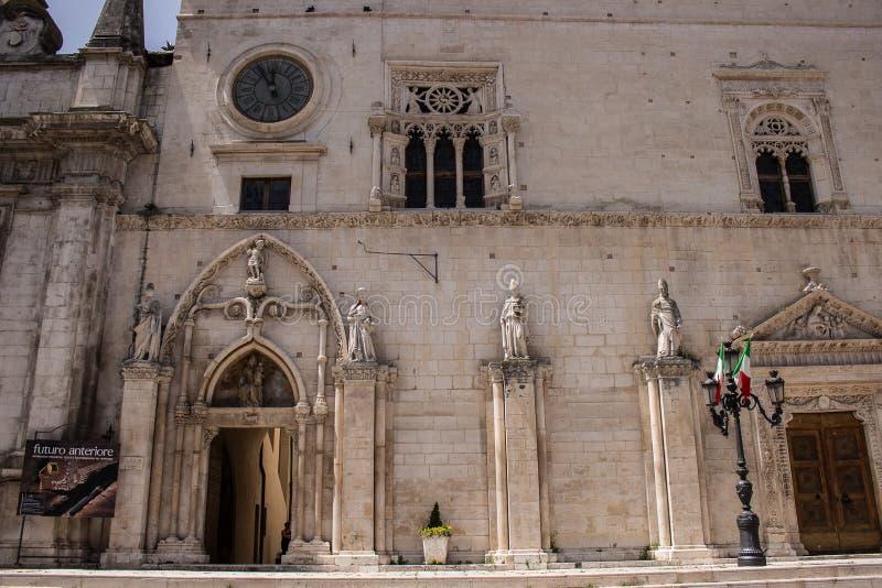 Il complesso, dedicato agli ss Annunziata e costituito dalla chiesa con il palazzo annesso, Sulmona fotografie stock
