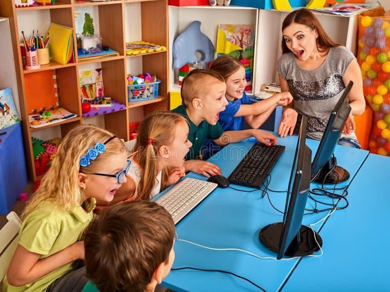 Il computer dei bambini ci classifica per istruzione ed il video gioco fotografia stock libera da diritti
