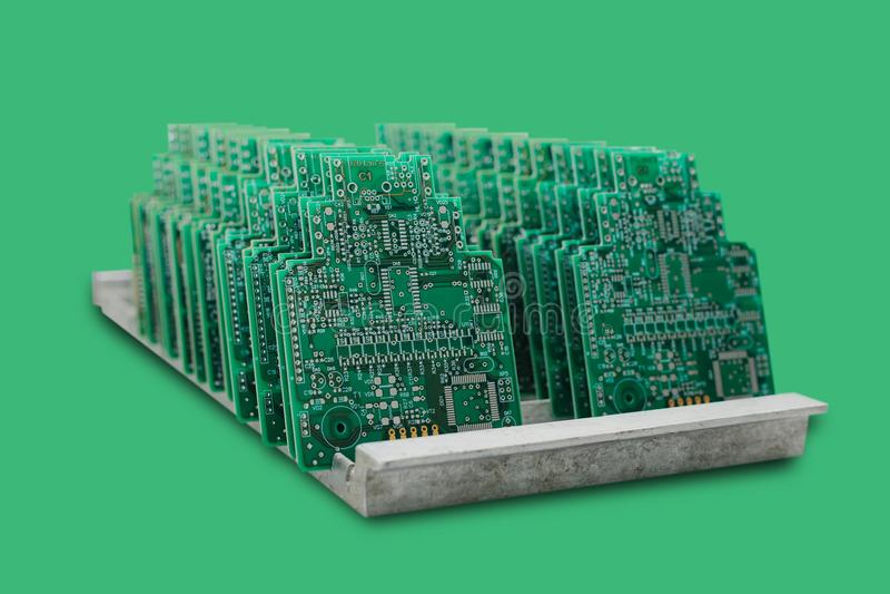 Il computer imbarca in una fila su un fondo verde immagini stock