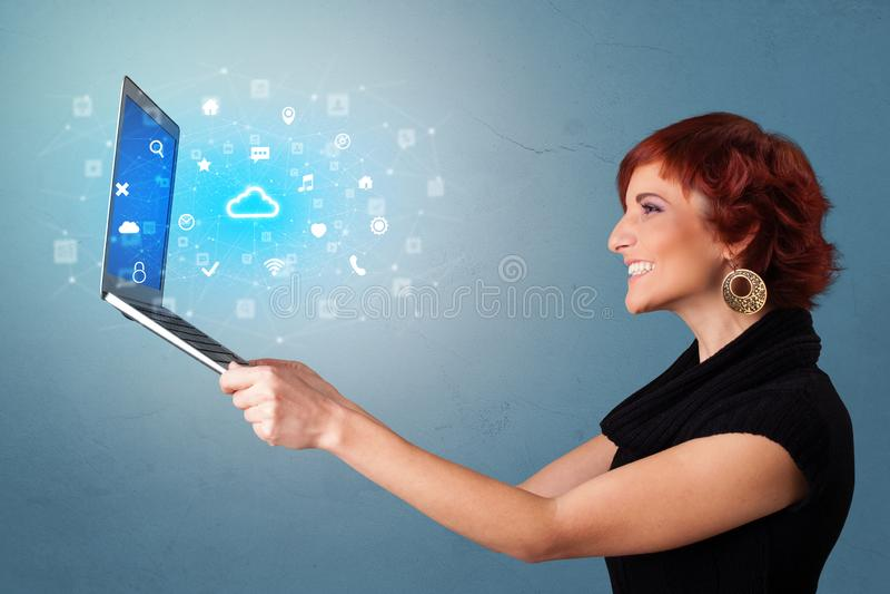 Il computer portatile della tenuta della donna con la nuvola ha basato le notifiche del sistema fotografie stock libere da diritti