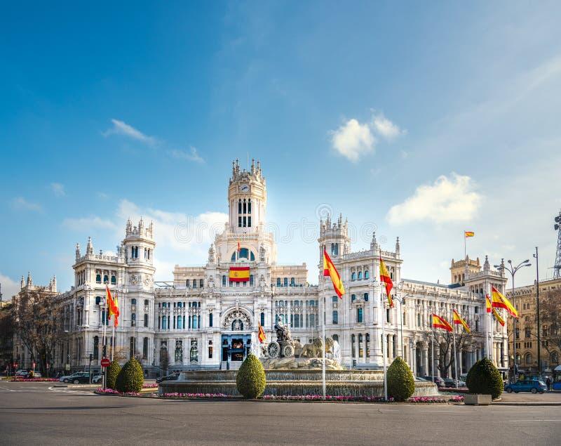 Il comune di Madrid sotto il cielo azzurro con le nuvole fotografie stock libere da diritti