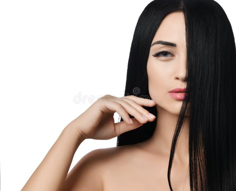 Il concepclose della pubblicità su della donna castana con la metà del suo fronte schermato con i suoi capelli fa scorrere il suo fotografie stock libere da diritti