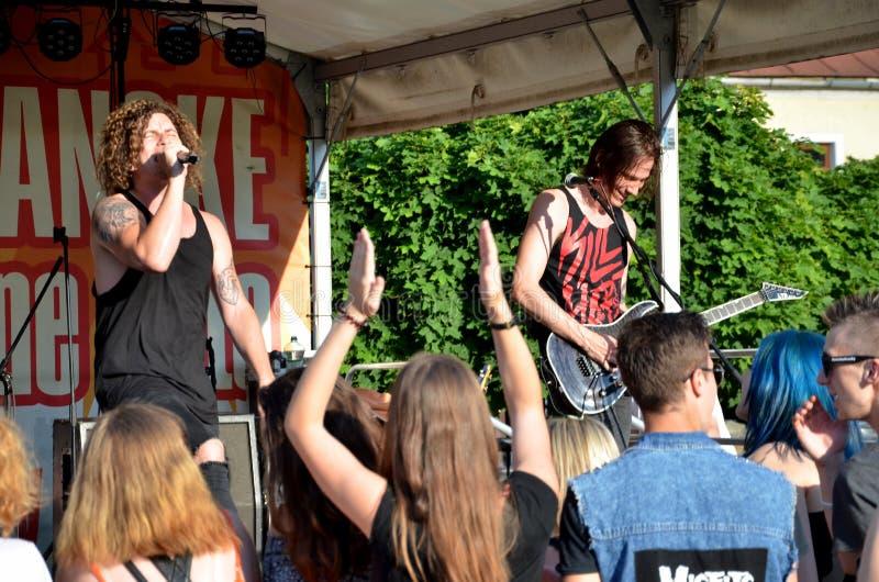 Il concerto dell'aria aperta della banda di musica rock ha chiamato il paranoico Vista al cantante ed al chitarrista di grido fotografie stock