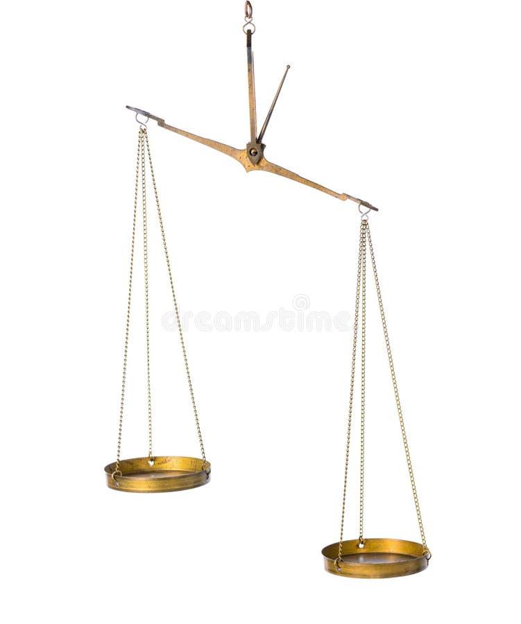Il concetto astratto dell'equilibrio delle scale d'ottone d'annata è isolato sopra immagini stock libere da diritti