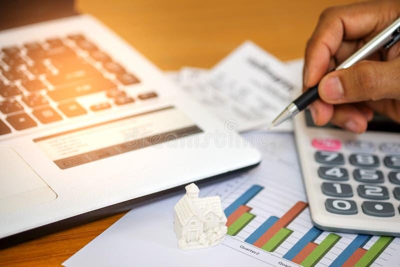 Il concetto, calcola il reddito e le spese per comprare una casa immagini stock libere da diritti