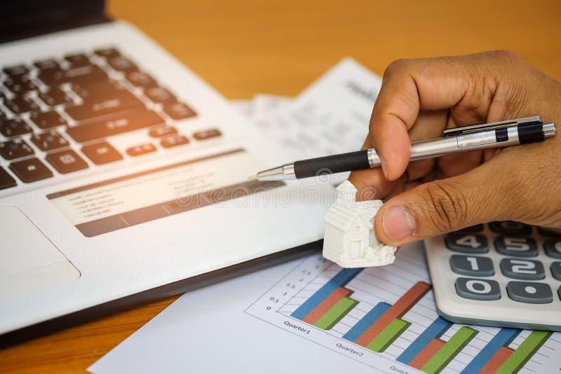 Il concetto, calcola il reddito e le spese per comprare una casa immagine stock libera da diritti