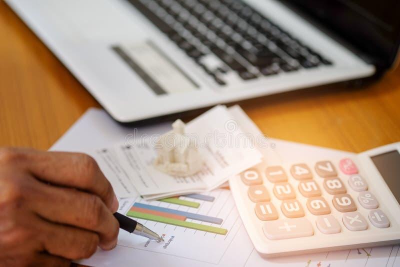Il concetto, calcola il reddito e le spese per comprare una casa immagini stock
