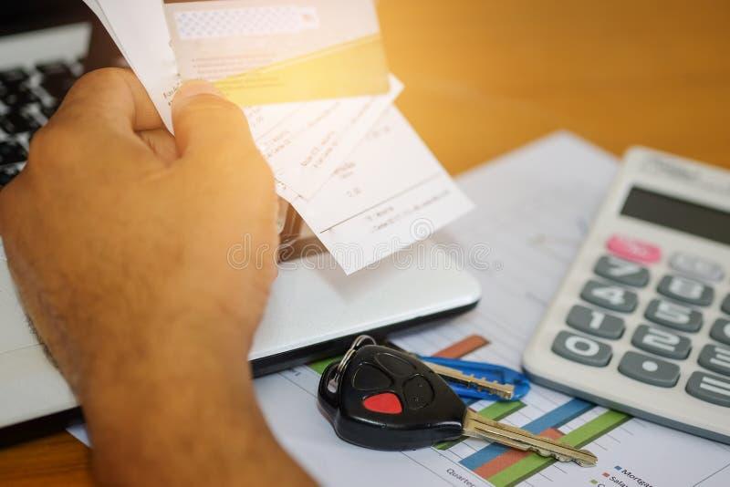 Il concetto, calcola il reddito e le spese per l'automobile immagine stock