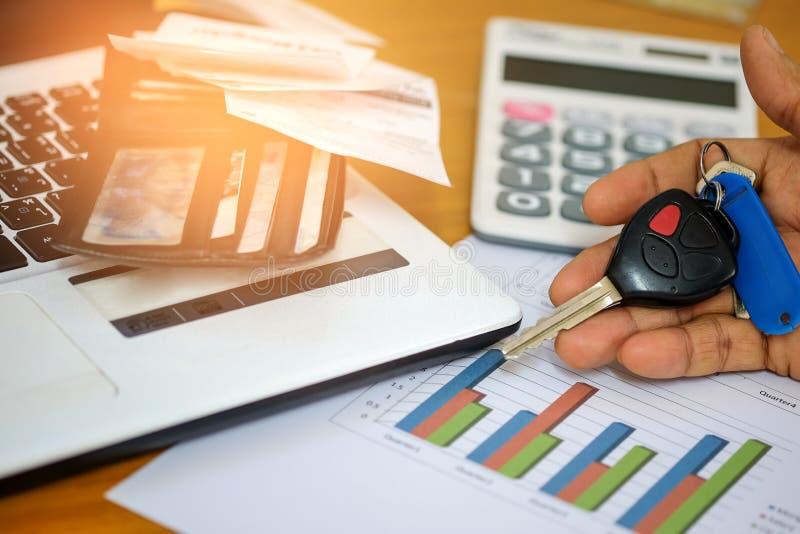 Il concetto, calcola il reddito e le spese per l'automobile fotografia stock libera da diritti