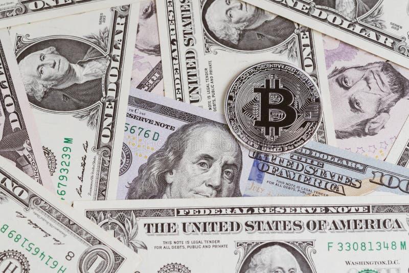 Il concetto cripto digitale di valuta di Bitcoin dalla moneta brillante phisical d'argento con la B ha morso il segno sulle banco immagine stock libera da diritti