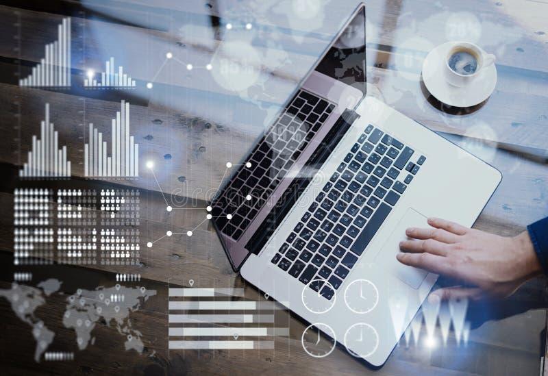 Il concetto del diagramma digitale, grafico collega, schermo virtuale, icona dei collegamenti Uomo d'affari che lavora all'uffici immagini stock