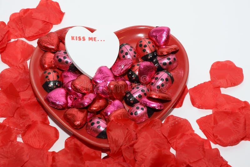 Il concetto del giorno di biglietti di S. Valentino con un messaggio di amore e di cioccolato fotografia stock libera da diritti