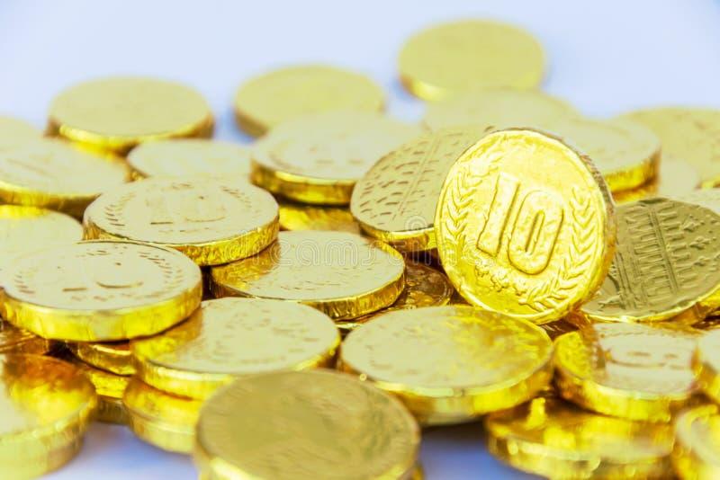 Il concetto dell'investimento finanziario Le monete di oro sono impilate in grandi numeri immagine stock