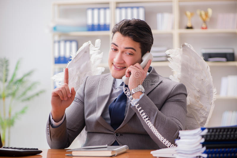 Il concetto dell'investitore di angelo con l'uomo d'affari e le ali fotografie stock libere da diritti