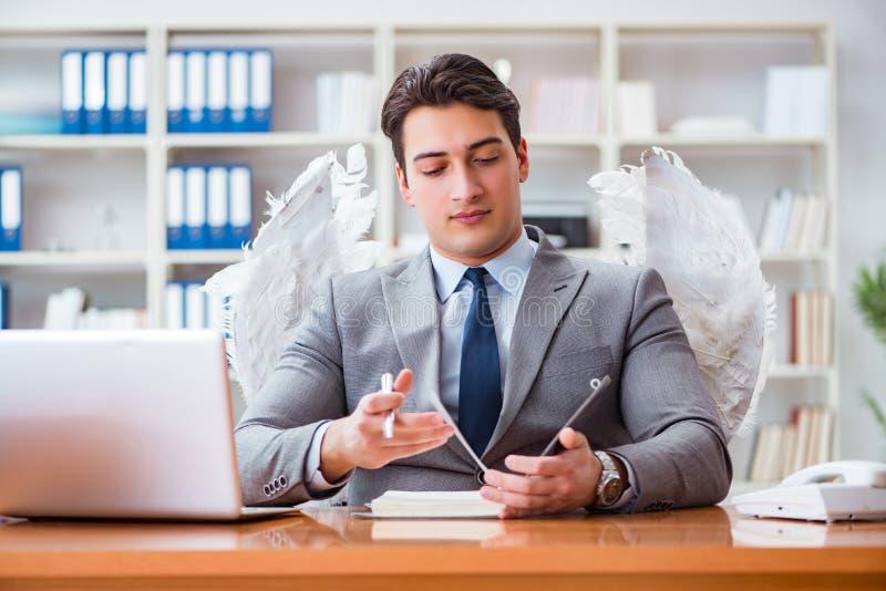 Il concetto dell'investitore di angelo con l'uomo d'affari e le ali immagine stock