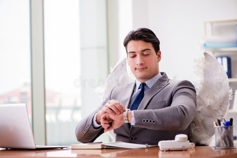 Il concetto dell'investitore di angelo con l'uomo d'affari e le ali immagini stock