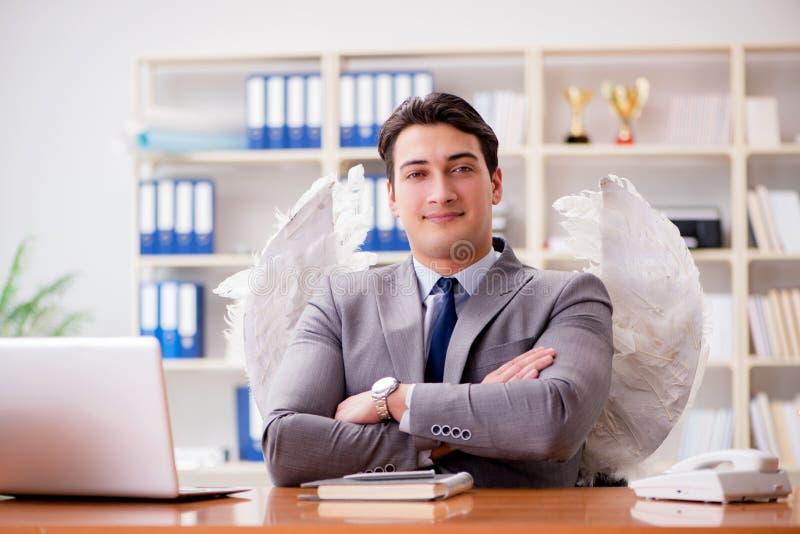 Il concetto dell'investitore di angelo con l'uomo d'affari e le ali fotografia stock libera da diritti