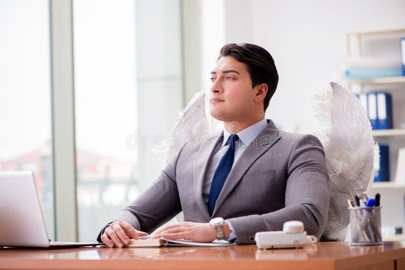 Il concetto dell'investitore di angelo con l'uomo d'affari e le ali immagine stock libera da diritti