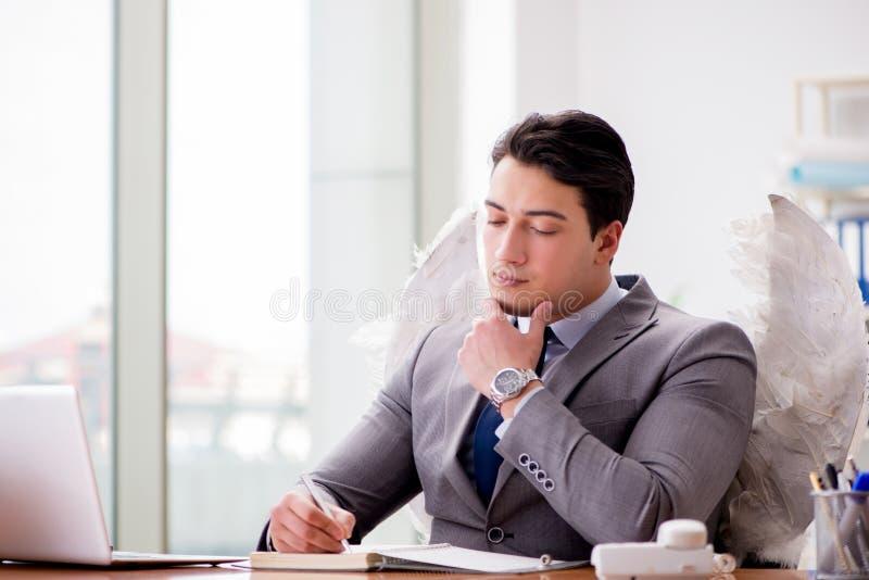 Il concetto dell'investitore di angelo con l'uomo d'affari e le ali fotografie stock