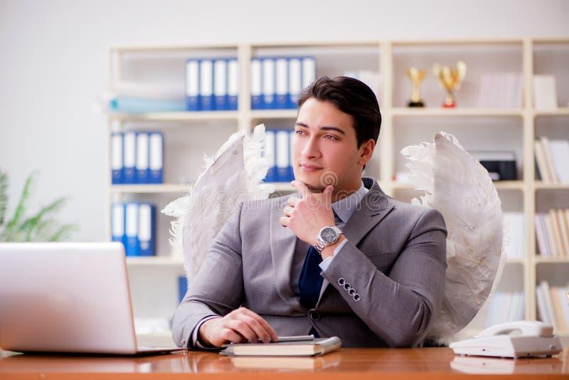 Il concetto dell'investitore di angelo con l'uomo d'affari e le ali fotografia stock