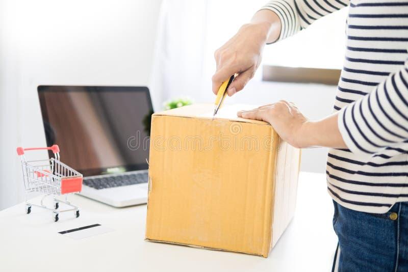 Il concetto della consegna di commercio elettronico ed online vendere iniziano sull'imballaggio del piccolo imprenditore nella sc fotografia stock libera da diritti