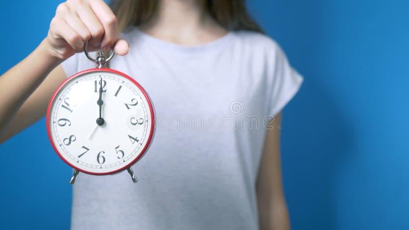 Il concetto della sanità, farmaco ragazza che tiene un orologio e una compressa Tempo di prendere le pillole immagini stock libere da diritti