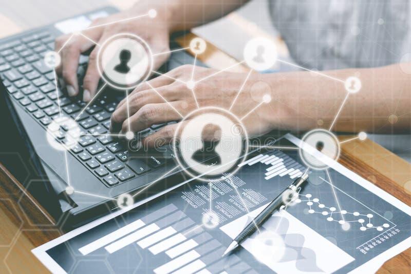 Il concetto della tecnologia di affari, gente di affari delle mani usa il fon astuto immagini stock libere da diritti