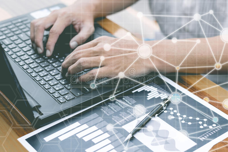 Il concetto della tecnologia di affari, gente di affari delle mani usa il fon astuto fotografie stock