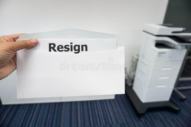 Il concetto delle donne presenta la lettera di dimissioni al suo capo in ufficio fotografia stock