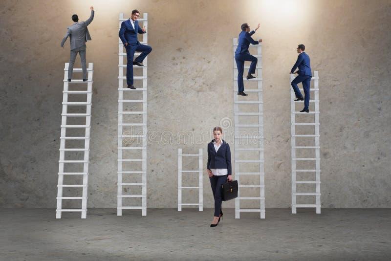 Il concetto delle prospettive di carriera disuguali fra la donna dell'uomo immagini stock