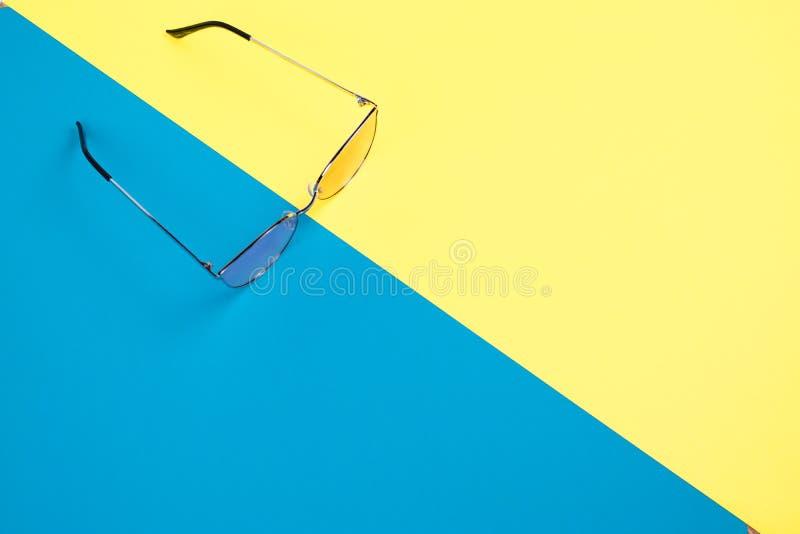 Il concetto delle vacanze estive Vista superiore sull'occhiali da sole fotografia stock libera da diritti