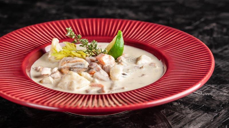 Il concetto di cucina americana Minestra di patate della zuppa di molluschi e latte con i frutti di mare, cozze, salmone Minestra immagini stock libere da diritti
