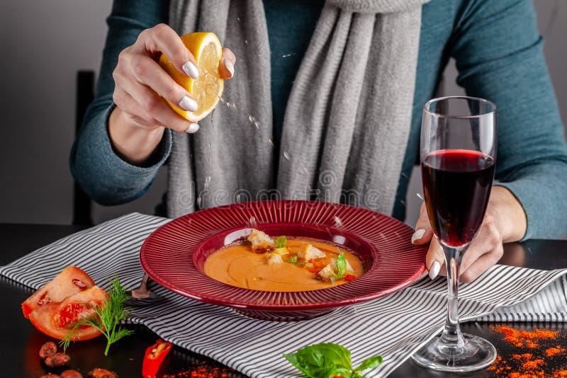 Il concetto di cucina spagnola La ragazza nel ristorante ha minestra di zuppa di verdure fredda e beve il vino rosso Schiaccia il immagini stock libere da diritti