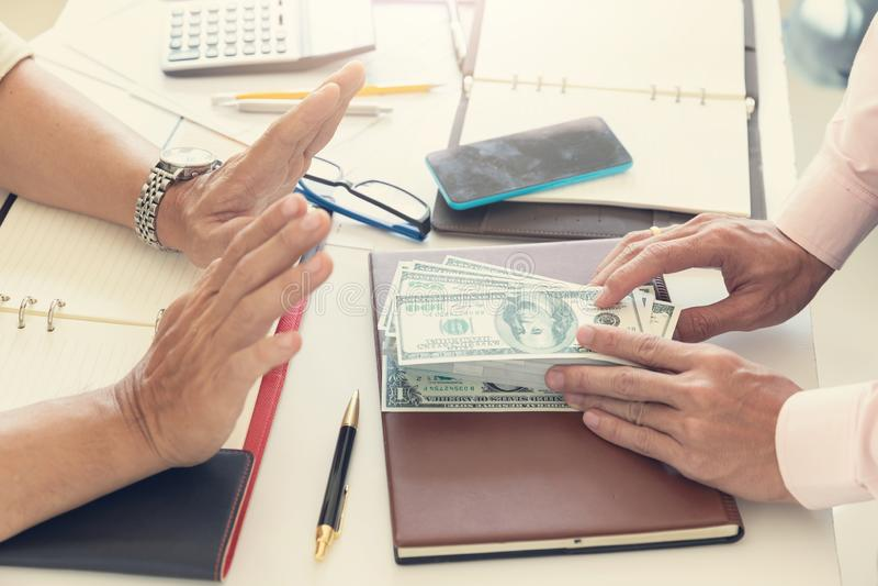 Il concetto di finanza e di affari, uomo d'affari ha rifiutato i soldi che il suo partner che dà lui immagini stock libere da diritti