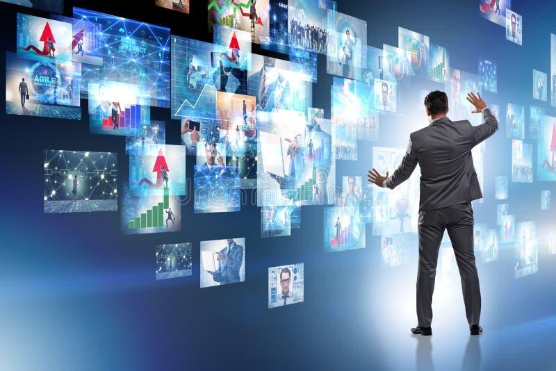 Il concetto di flusso continuo del video con l'uomo d'affari fotografia stock