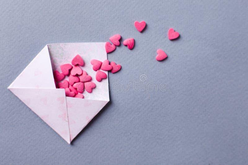 Il concetto di giorno di S. Valentino, messaggio per l'amante, ha aperto la busta e molti hanno ritenuto i cuori Spazio per testo immagine stock libera da diritti