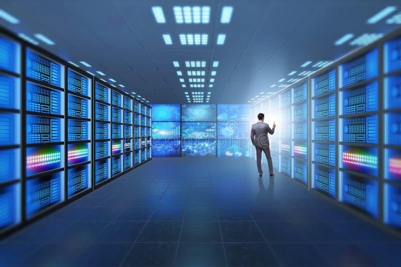 Il concetto di grande gestione dei dati con l'uomo d'affari immagini stock libere da diritti
