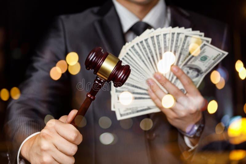 Il concetto di guadagno dei soldi sull'agenzia di vendita all'asta immagine stock
