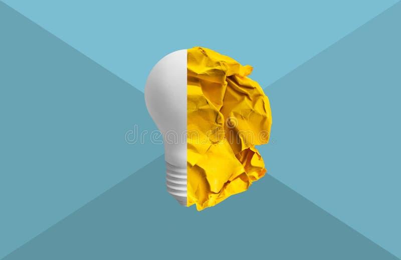 il concetto di idee di creatività con carta ha sgualcito la palla e la lampadina fotografie stock
