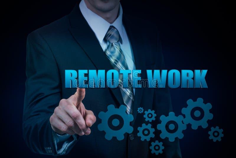 Il concetto di lavoro a distanza Tenute dell'uomo d'affari in mani la parola virtuale fotografie stock libere da diritti