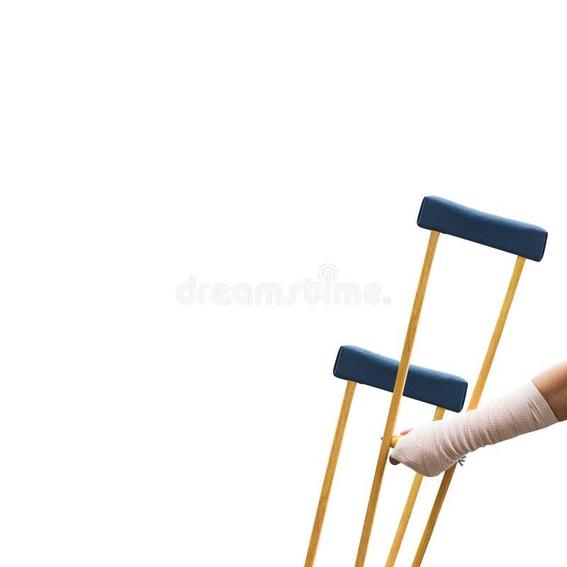 Il concetto di lesione del corpo, dolore del braccio e rotto con le grucce di legno è fotografie stock libere da diritti