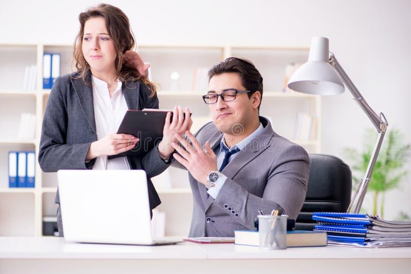Il concetto di molestia sessuale con l'uomo e la donna in ufficio immagine stock libera da diritti