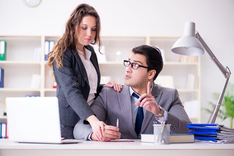 Il concetto di molestia sessuale con l'uomo e la donna in ufficio immagini stock