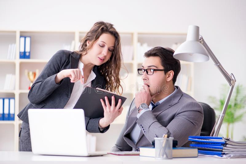 Il concetto di molestia sessuale con l'uomo e la donna in ufficio fotografie stock