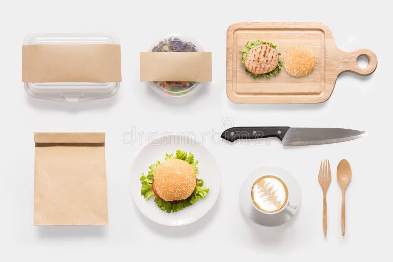 Il concetto di progetto dell'hamburger del modello, dell'insalata e della tazza di caffè ha messo sul whi immagini stock libere da diritti